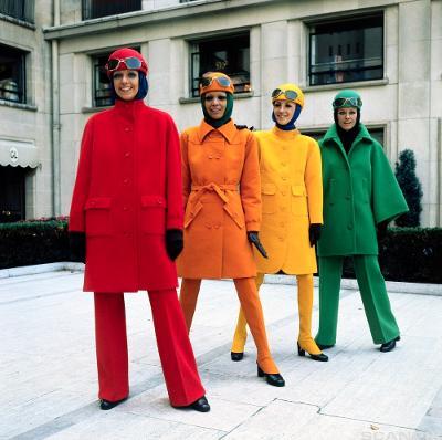 Fire modeller med kåper i hver sin farge, rød, oransje, gul og grønn. Foto.