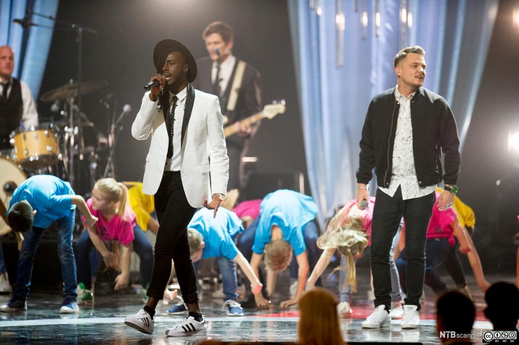 Artistene Mo (t.v) og Sirius fremfører den offisielle sangen til ungdoms-OL 2016 under Idrettsgallaen 2016 i Håkons Hall på Lillehammer. Foto.