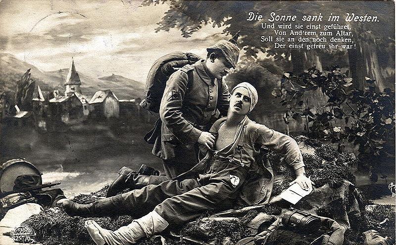 Gammelt tysk postkort som viser en mann som tar hånd om en såret soldat som holder et kort i hånda. Illustrasjon.