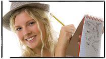 En ung kvinne med hatt skriver på en notisblokk. Foto.
