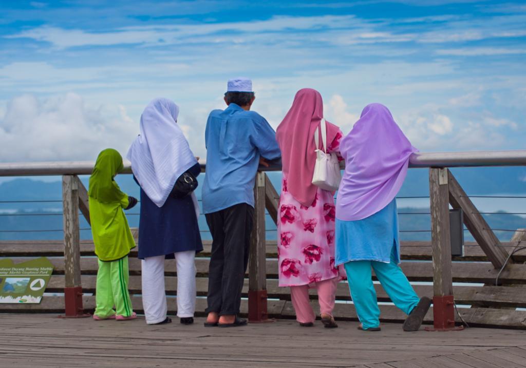 Muslimsk familie ser utover havet