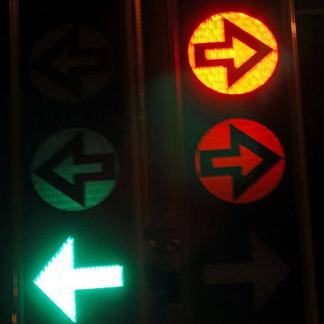 Trafikklys med lysende grønn pil. Foto.