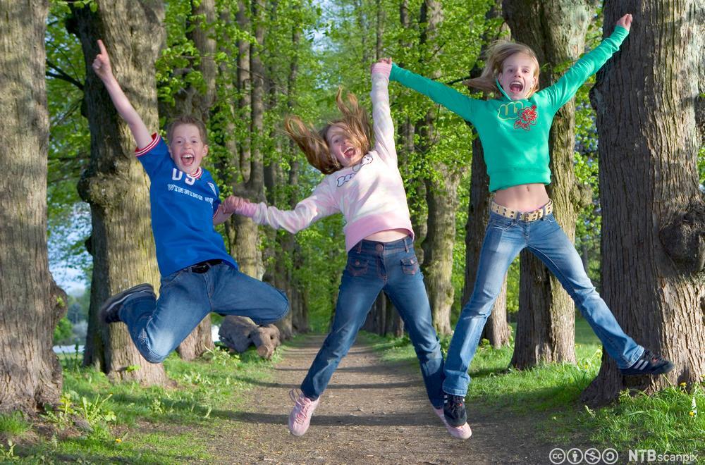 Barn som hopper av glede