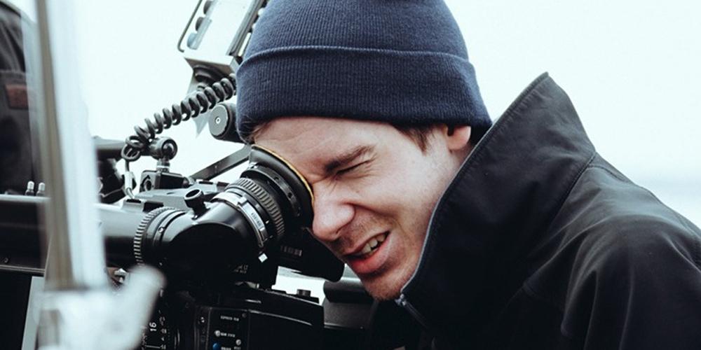 Mann ser gjennom kameralinse. Bilde av regissør Henrik Martin Dahlsbakken.