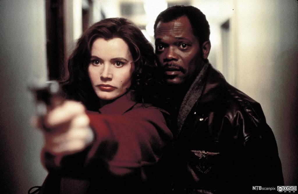 Geena Davis og Samuel Jackson med pistol. Foto.