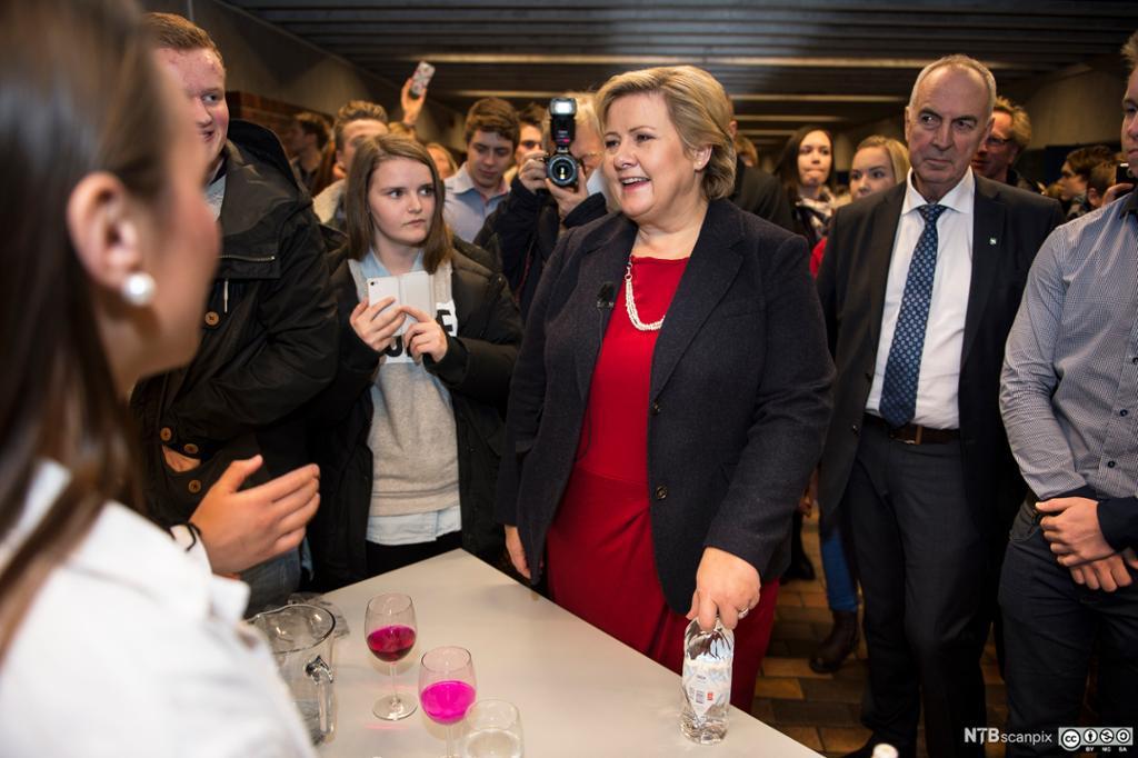 Statsminister Erna Solberg er på skolebesøk på Sandnes vidergående skole. Bilde.