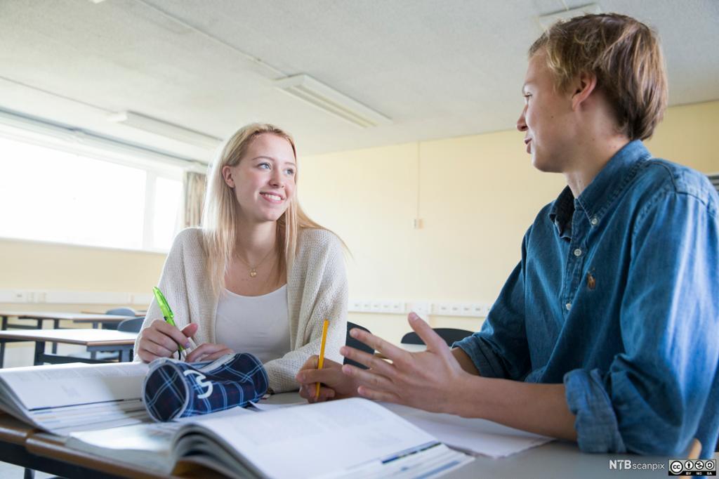 Elever i klasserom som snakker sammen. Foto.