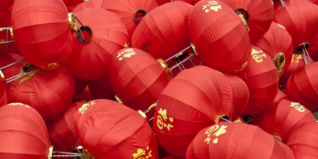 Kinesiske røde lykter med tegnet for lykke skrevet på. Foto.