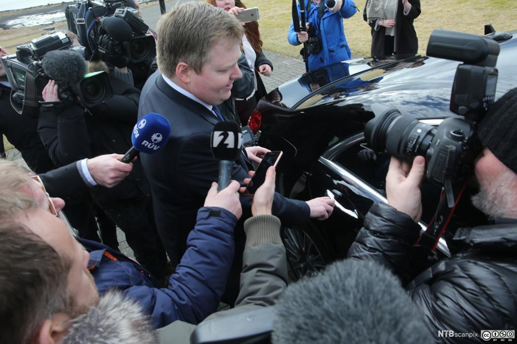 den islandske statsministeren Sigmundur Davíð Gunnlaugsson omgitt av pressefolk etter dokumentlekasjen fra Panama papers. Foto.