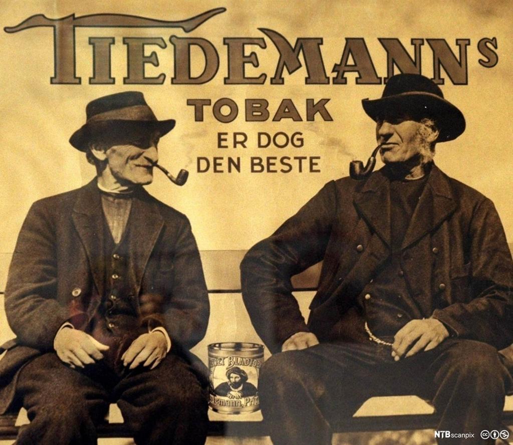Reklame for Tidemann karvet bladtobakk fra 1920 -åra. To eldre menn med hatt og pipe. Foto.