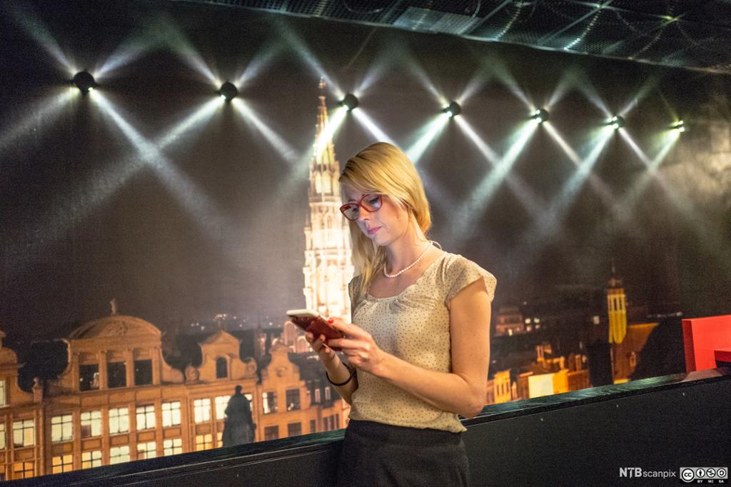 Journalist Jessikka Aro i YLE med mobiltelefon. Foto.
