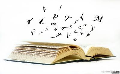 Bokstaver som svever over en åpen bok. Manipulert fotografi.