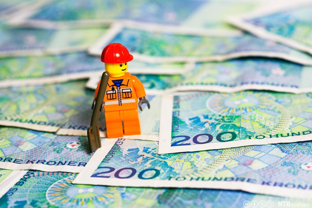 Legofigur og tohundrelapper. Foto.