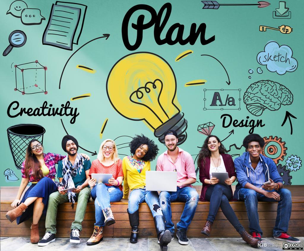 Unge mennesker på en benk foran en vegg med illustrasjoner og ordene «plan», «creativity» og «design». Foto.