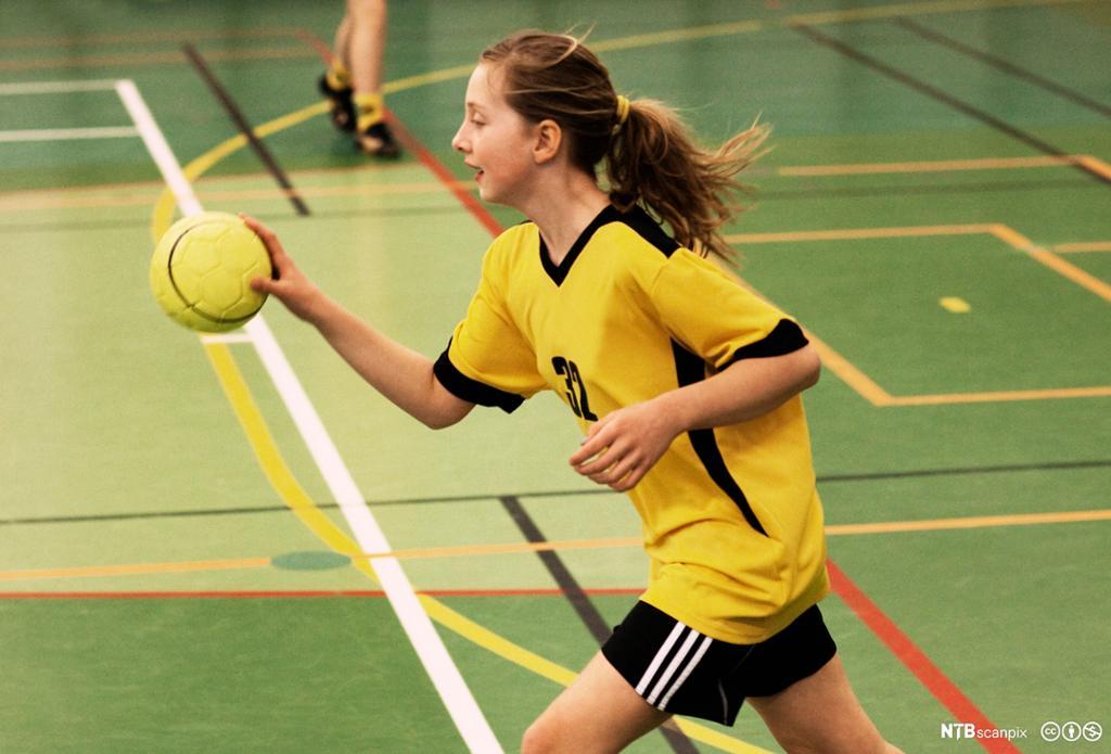 Jente spiller håndball. Foto.