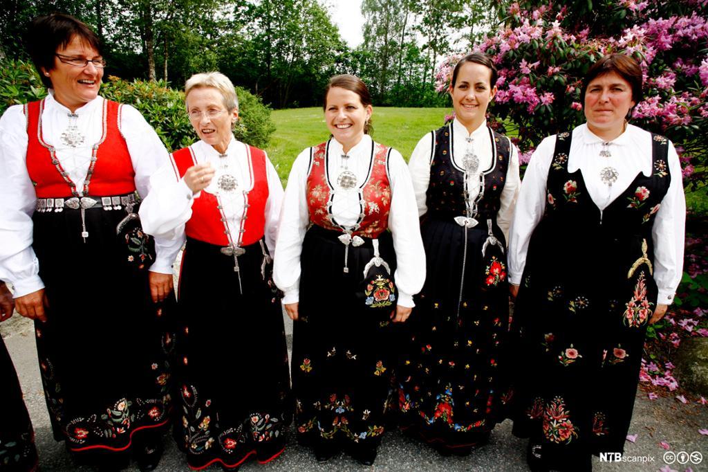 Fem damer kledd i bunad. foto.