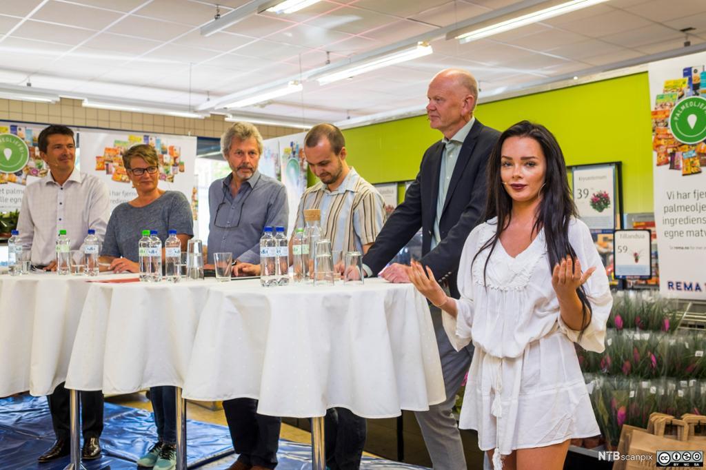 Sophie Elise foran debatt-panel i en butikk. Foto.