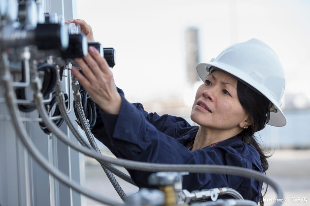 En ingeniør gjør undersøkelser ved et kraftverk. Foto.