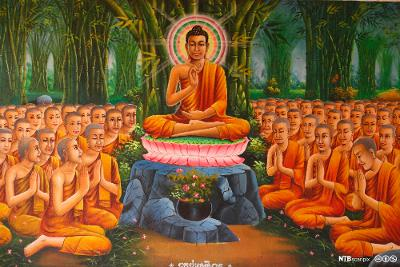 Buddha sitter under et tre omgitt av munker i oransje kapper. Maleri.