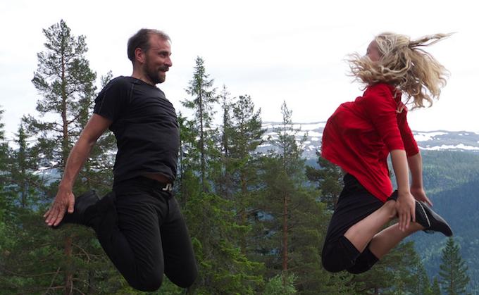 Bilde fra filmen Med hjertet i dansen. To som danser halling-dans. Foto.