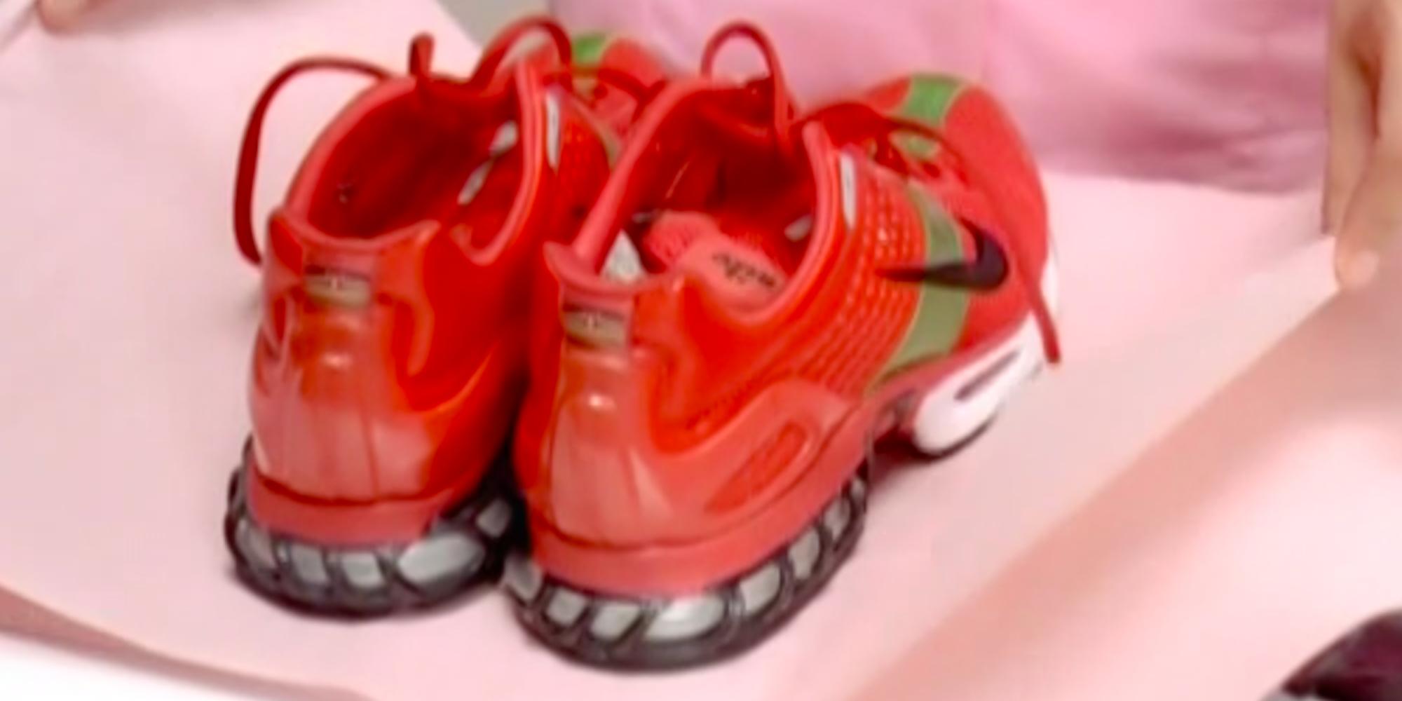Et par røde joggesko. Foto.