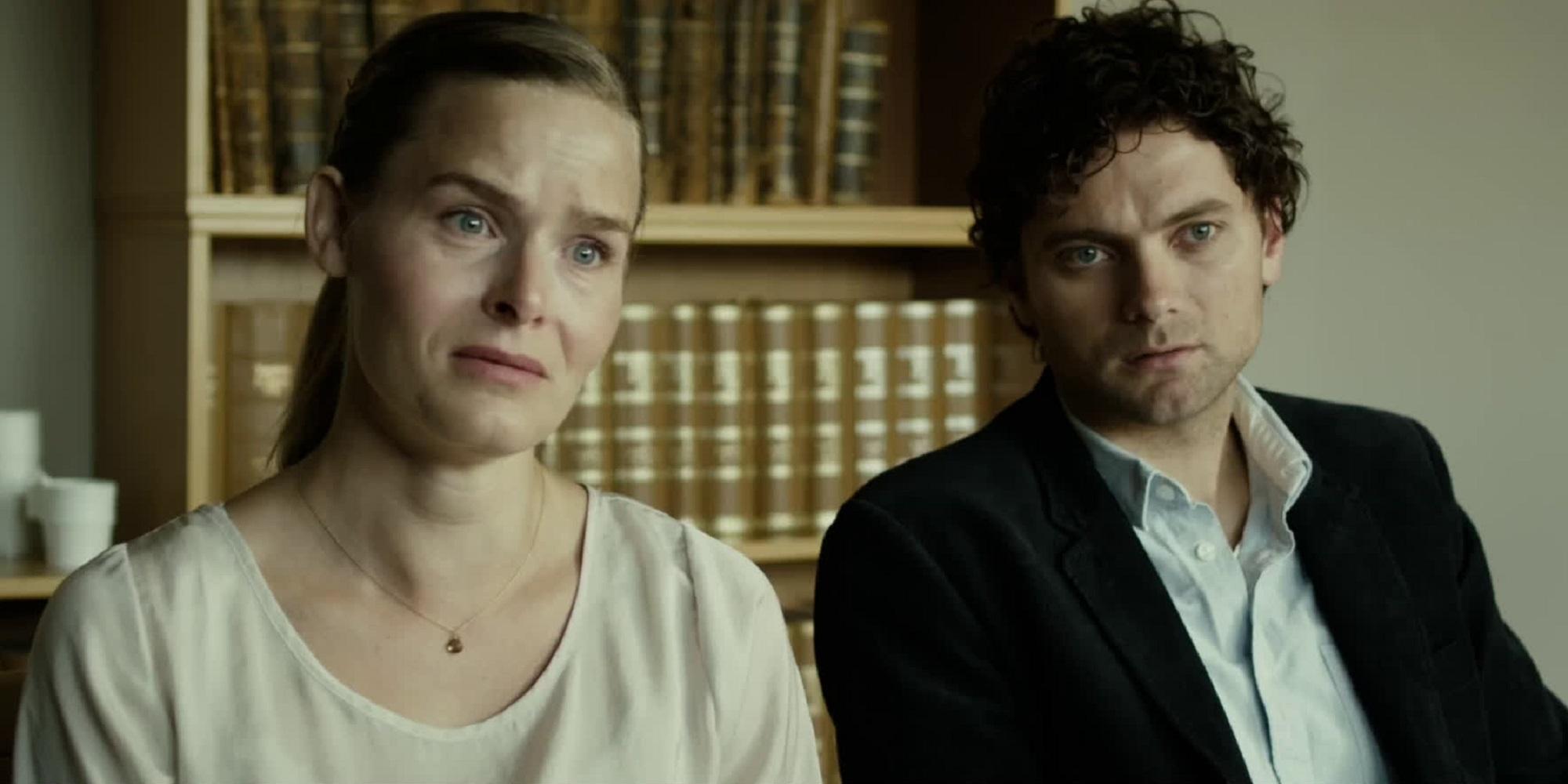 En mann i dressjakke og en kvinne med et fortvilet uttrykk i ansiktet. Foto.