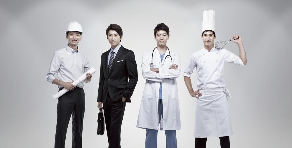 Fire menn som portretterer forskjellige yrker som ingeniør, advokat, lege og kokk. Foto.