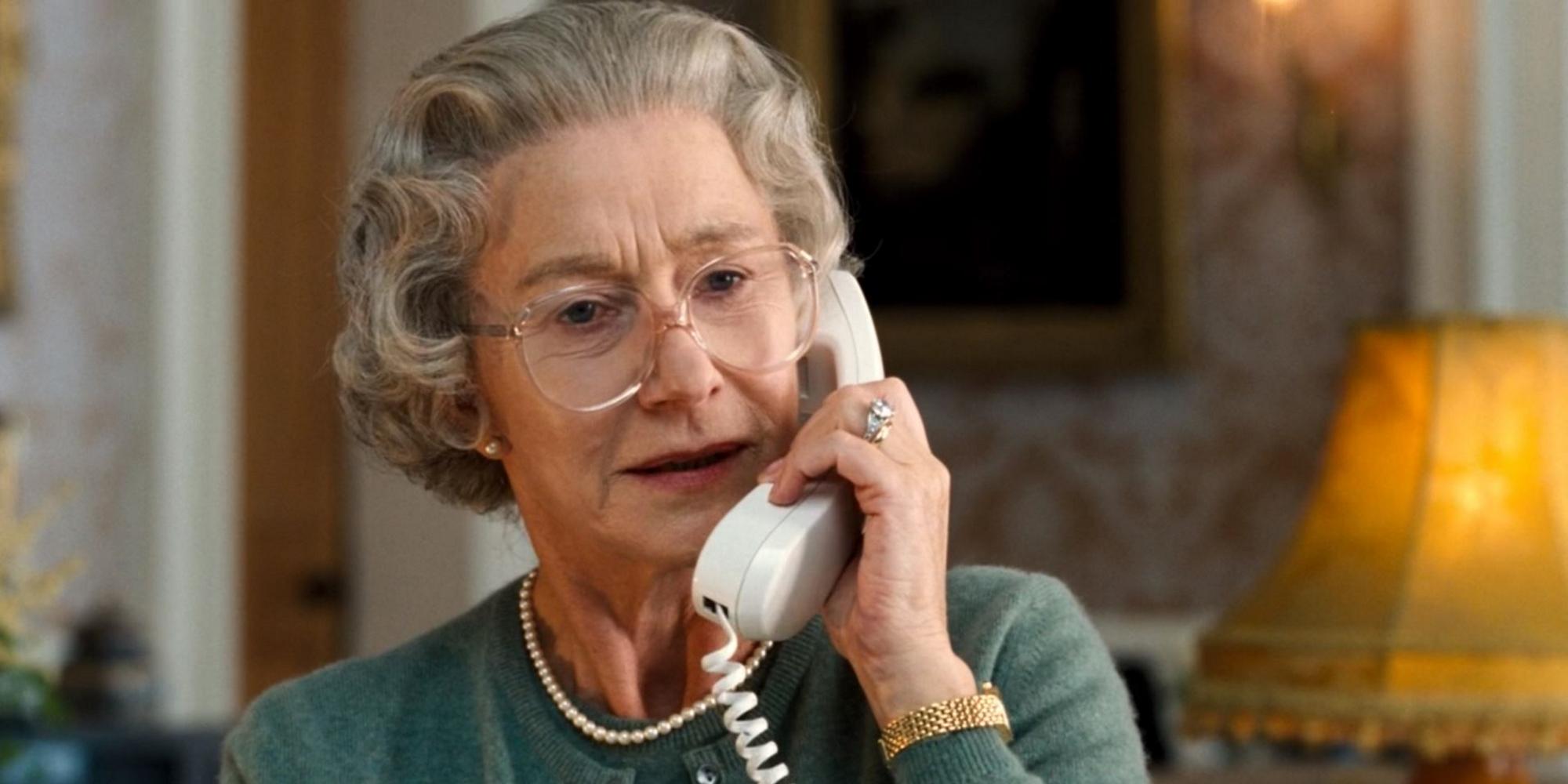 Eldre dame med briller som portretterer Dronning Elizabeth II. Foto.