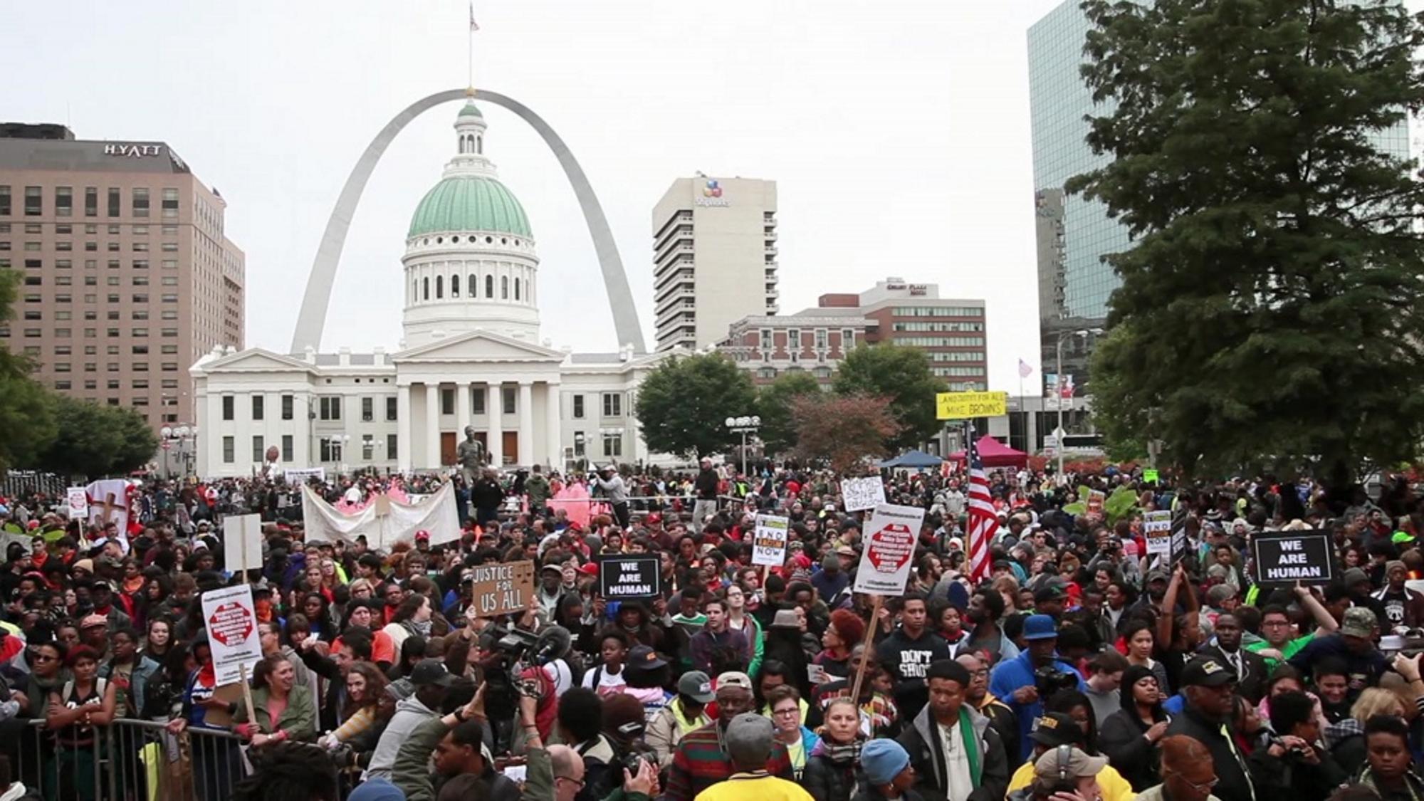 """Stor menneskemengde demonstrerer i USA med plakater """"Justice for all"""". Foto."""