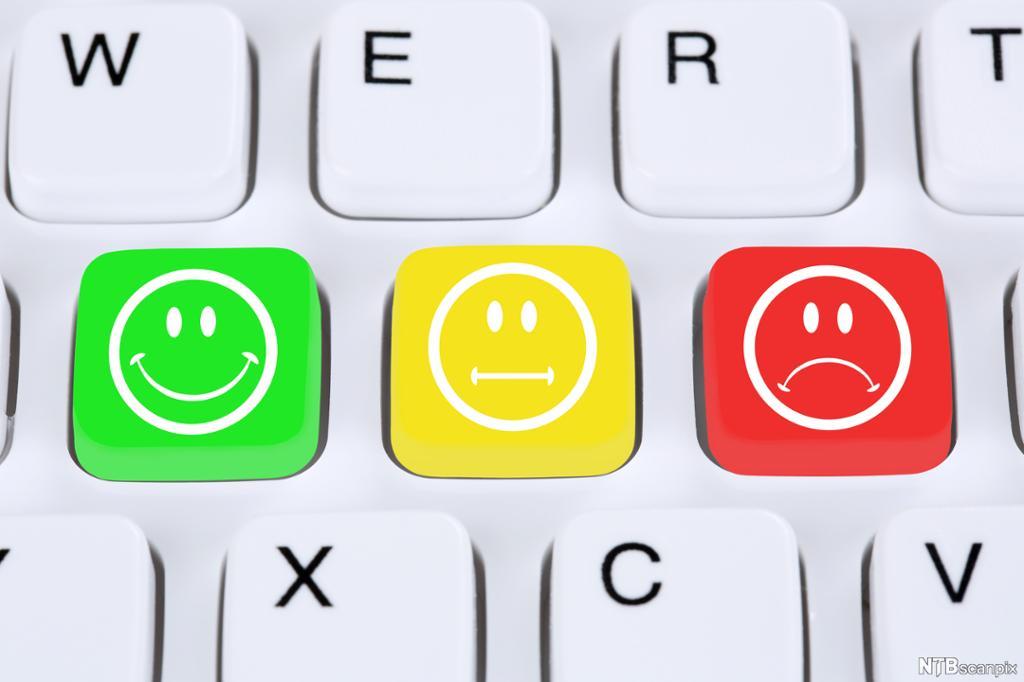 Tastatur med taster som viser smilefjes, surt fjes og nøytralt fjes. Illustrasjon.