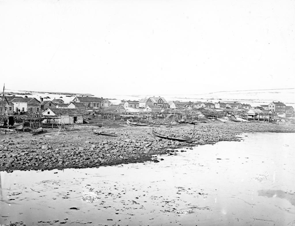 Kvenbyen i Vadsø på slutten av 1800-tallet. Begbyggelse ved sjøen. Foto.