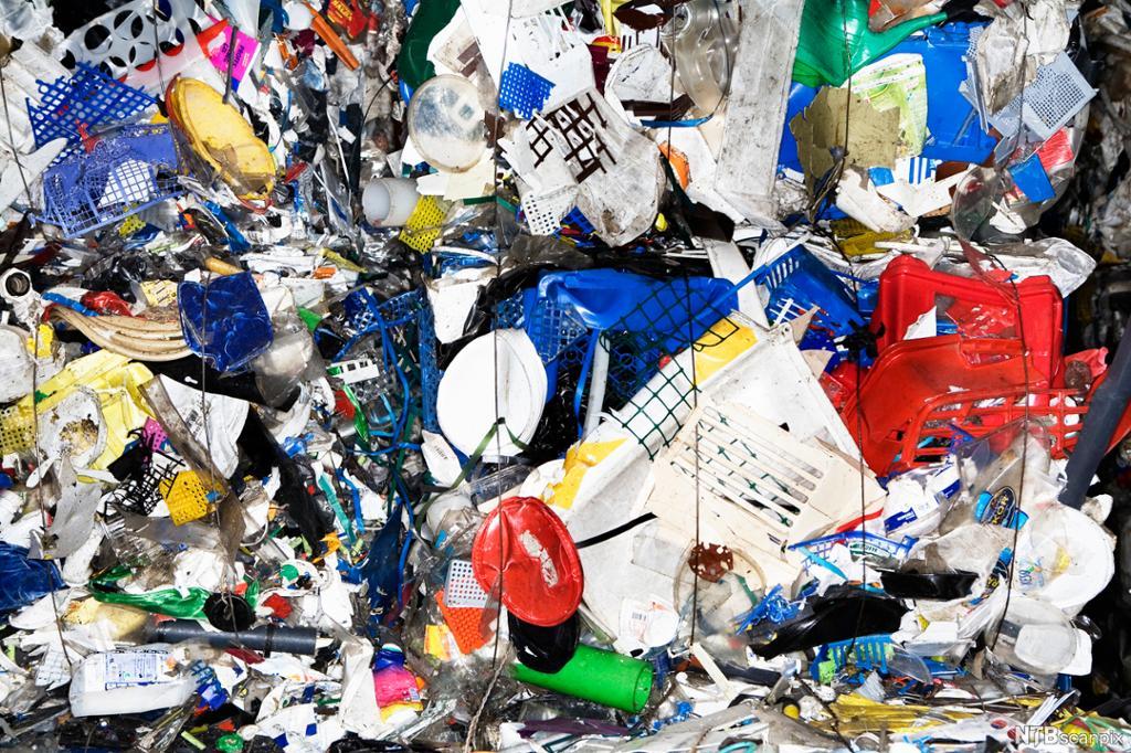 Plast i mange farger og former presset sammen. Foto.