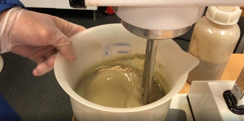 Bildet viser en mikser som rører sammen pulver og væske til boreslam i laboratoriet. Foto.