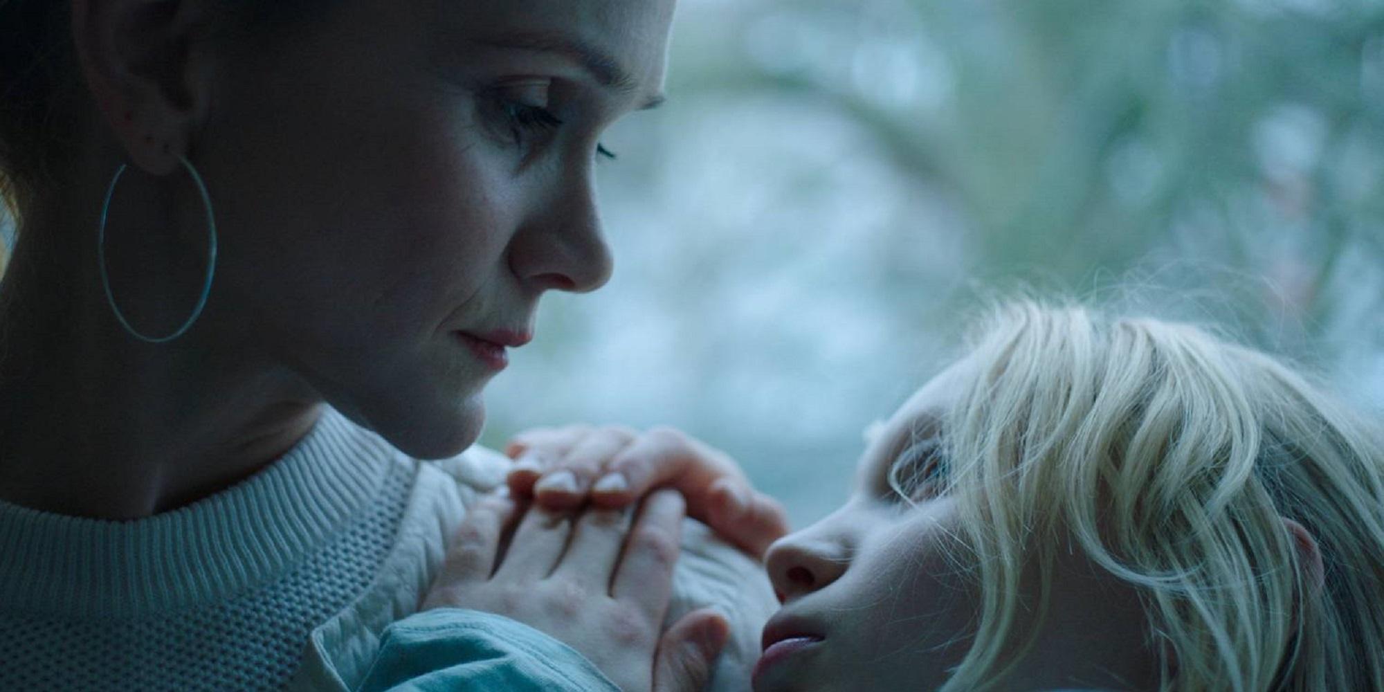 """Stillbilde fra filmen """"Systemsprengeren"""". Bennis mor holder Benni i armene sine."""