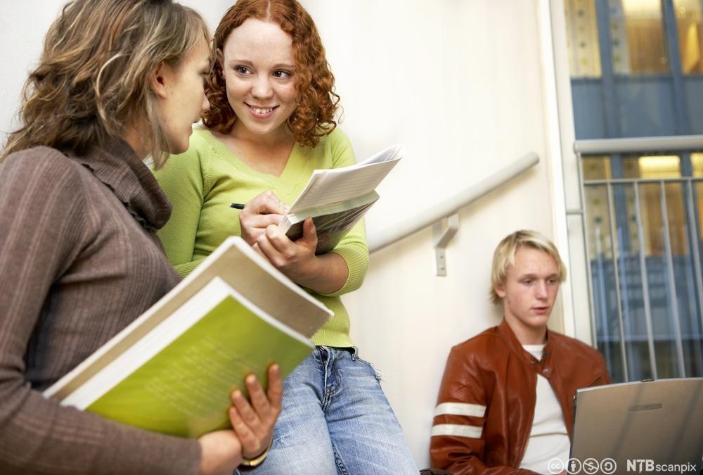 Elever snakker sammen. Foto.