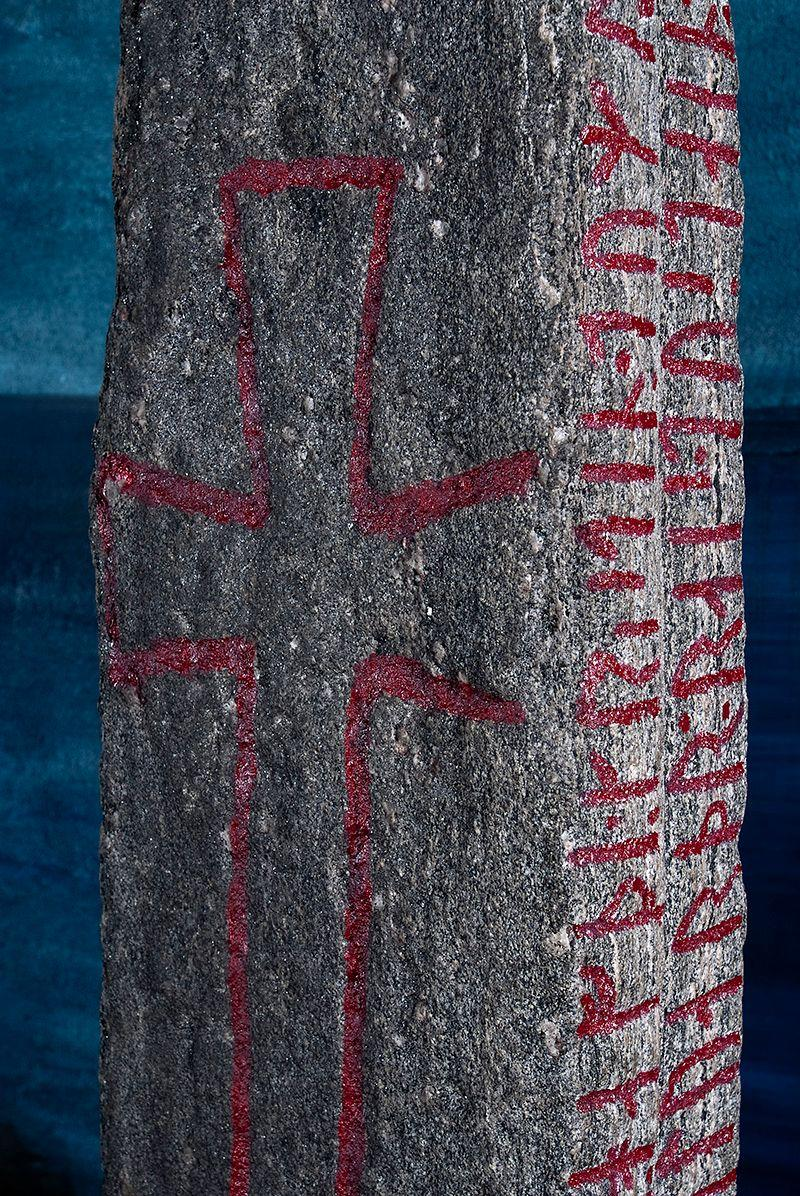 Detalj av Kulisteinen fra Kuløy. Runesteinen beskriver kristningsprosessen i Norge. Foto.