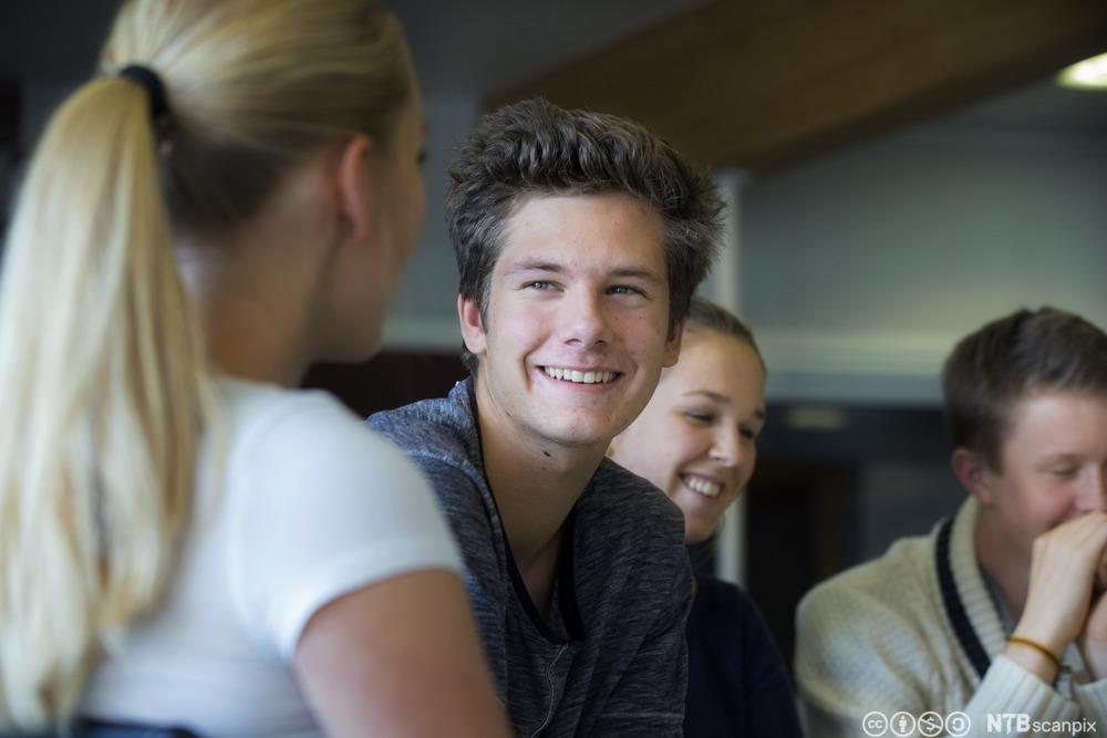 Elever snakker sammen i klasserom. Foto.