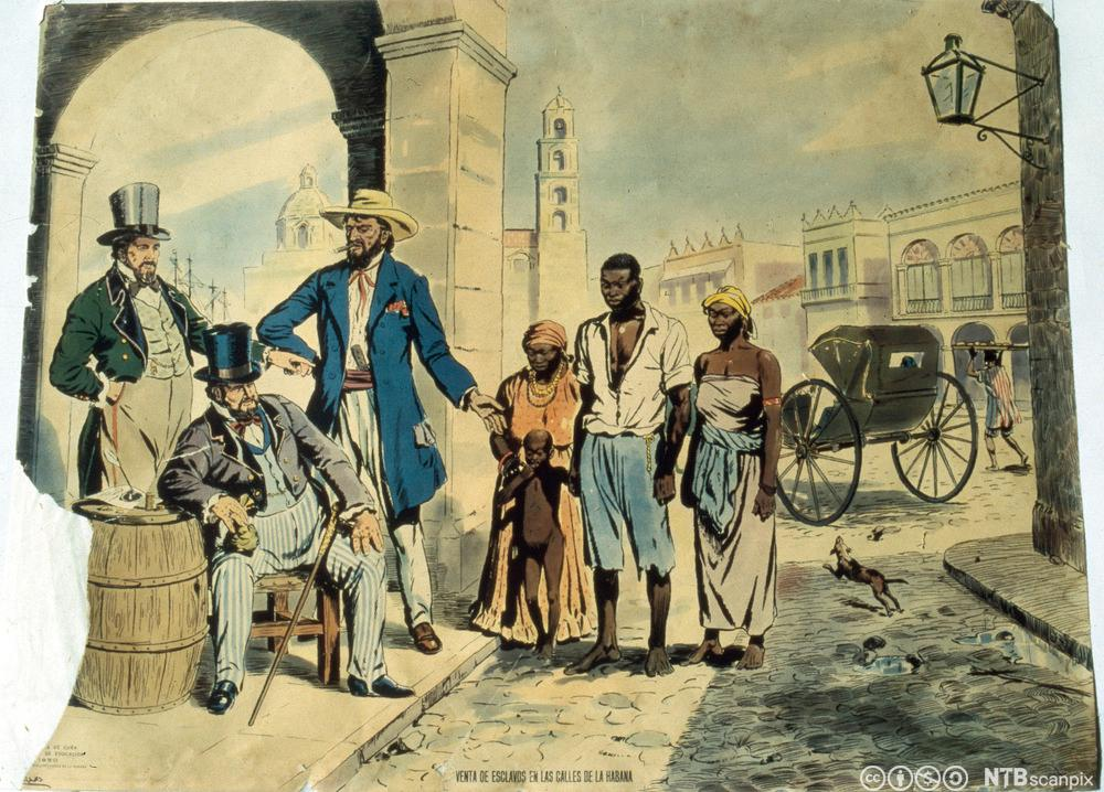 Tre hvite menn med flosshatt og forseggjorte klær betrakter fire afrikanske slaver på et gatehjørne. Illustrasjon.
