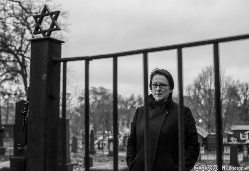Journalist, kommentator og forfatter Marte Michelet har fått strålende kritikker og er nominert til Brageprisen for boken Den største forbrytelsen. Her fotografert ved den jødiske gravlunden ved Sofienbergparken.