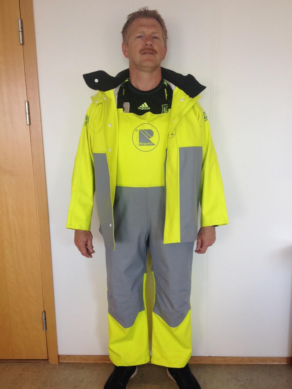 Mann i redningsdrakt. Foto.