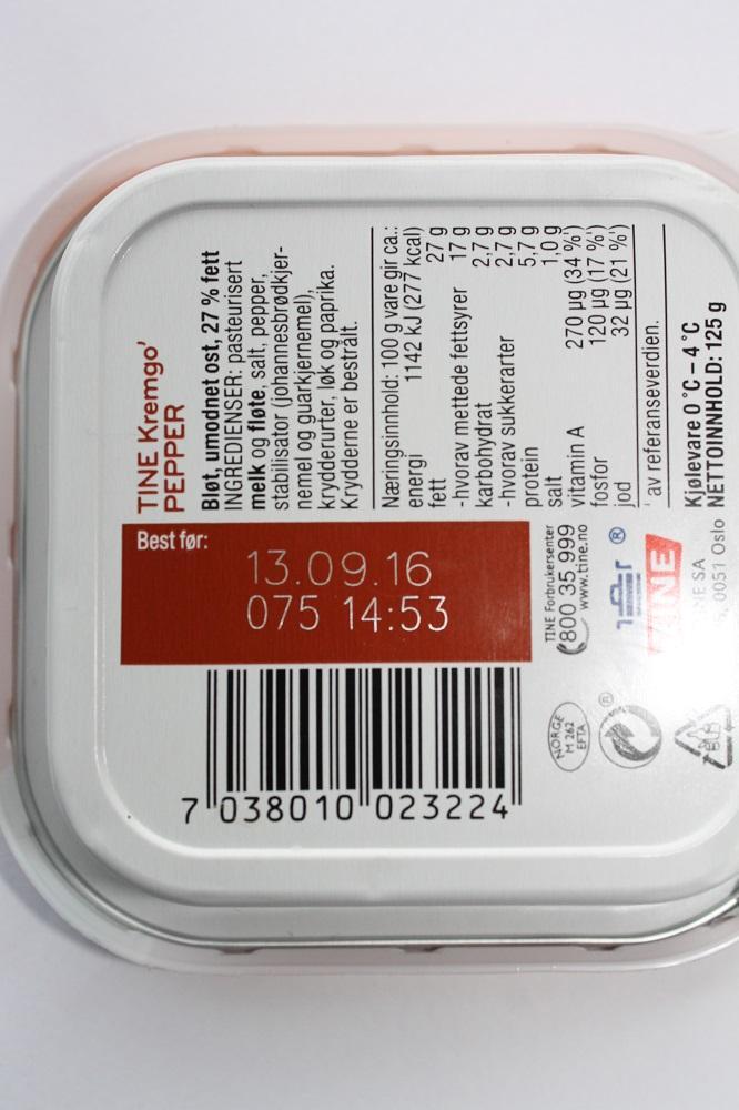 Baksiden av en matvare med innholsdeklarasjon og datostempling. Foto.