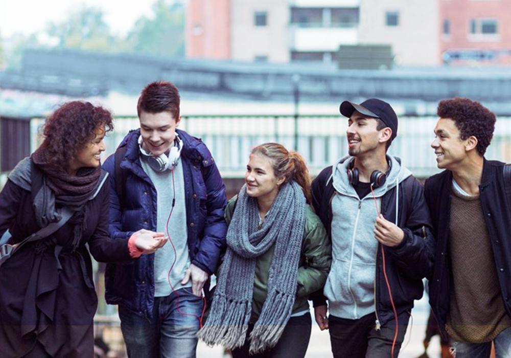 Gruppe med ungdommer, gutter og jenter, alder 17 til 20 år. Foto.