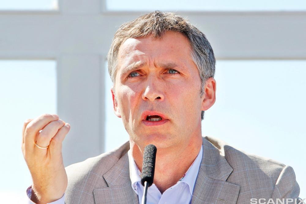 Jens Stoltenberg holder tale. Foto.