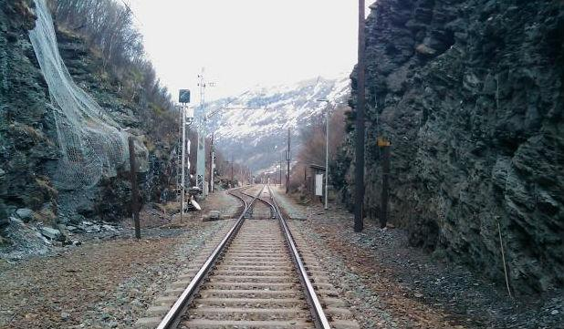 Jernbanespor i skjæring. Foto.