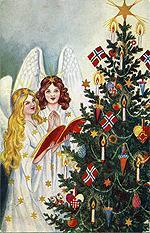 Juletre med norske flagg.
