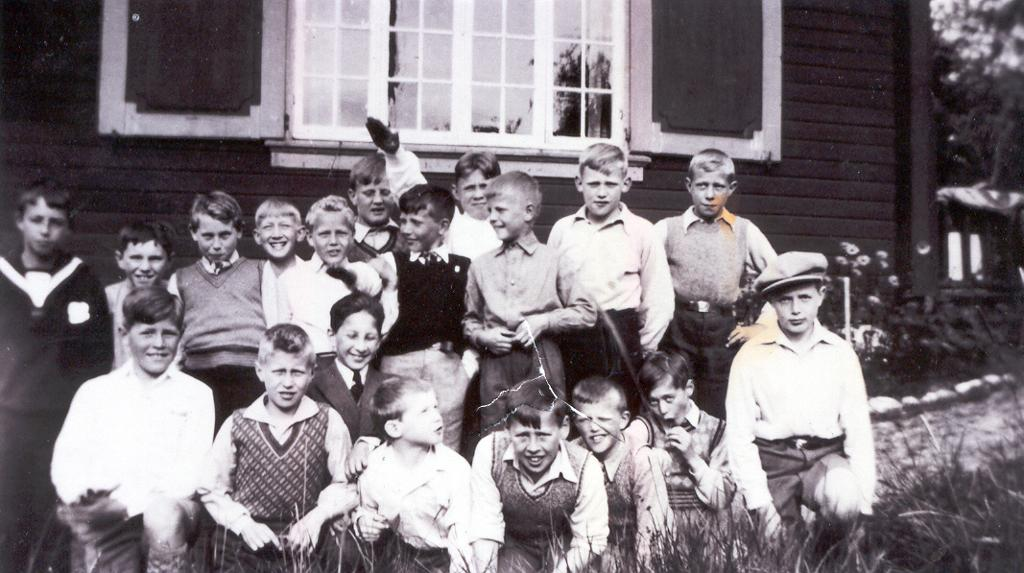 Skolebilde fra 1930-åra. En gutt gjør nazi-hilsen.