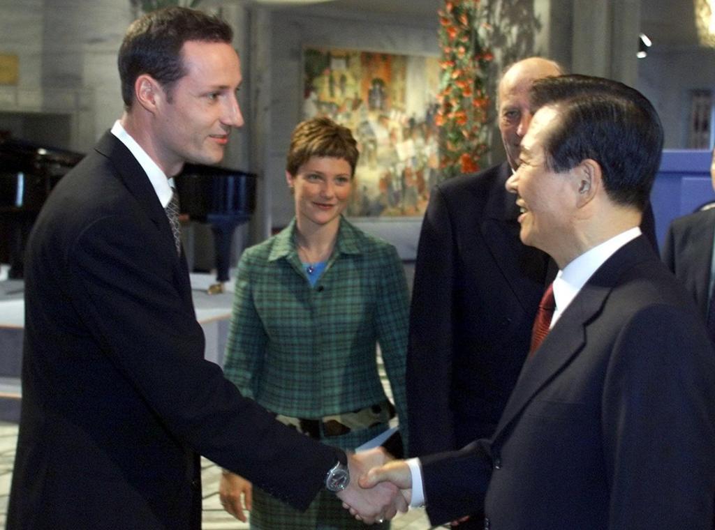 Sør-Koreas president Kim Dae-Jung blir gratulert av Kronprins Haakon etter å ha motteke Nobels fredspris. Foto.