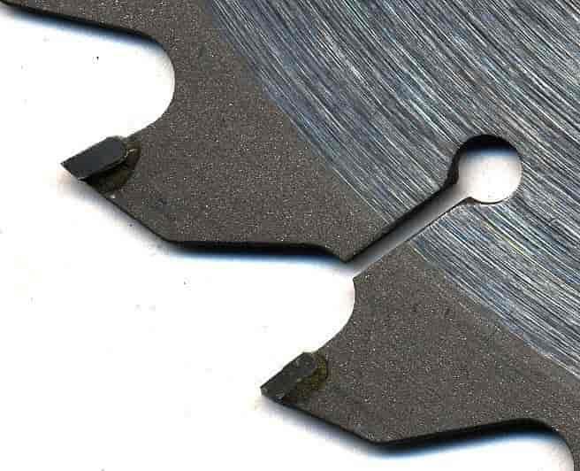 Bildet viser kutteflaten på et rundt sagblad. I kutteflaten er det satt inn wolframkarbid, som er nesten like hardt som diamant. Det tåler varme veldig godt og kan brukes på skjære- og kutteverktøy. Foto.