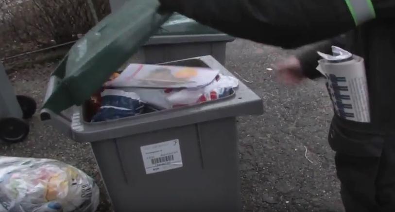Menighetsblad kastes i søpla. Fotografi.