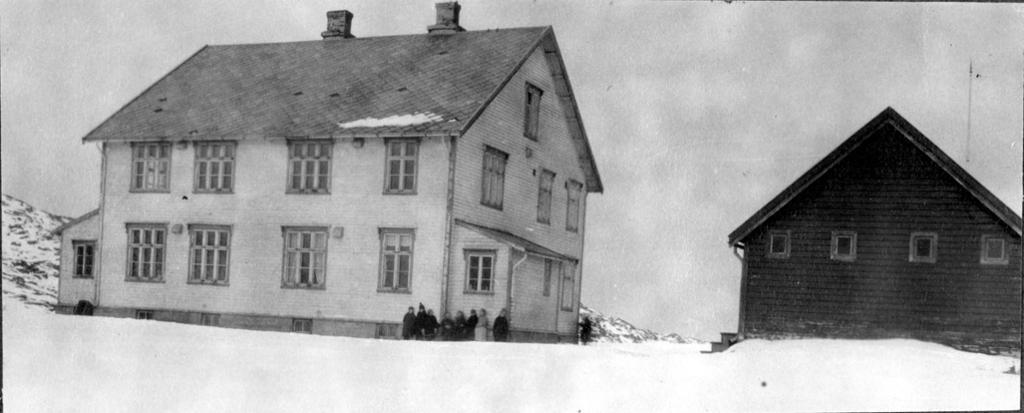skolebarn foran Kårhamn internatskole i Hammerfest, 1929. Foto.